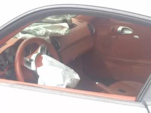 Airbag do porsche foram acionados após veículo colidir na Avenida Lúcio Costa (Foto: Matheus Rodrigues / G1)