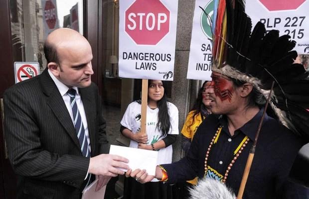 Nixiwaka Yawanawá da Amazônia brasileira entrega carta para secretário da embaixada brasileira em Londres, nesta quarta (2) (Foto: Survival International/Divulgação)