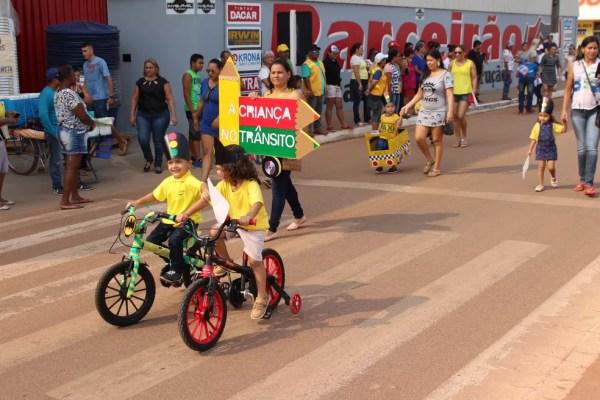 Alunos desfilaram com os pais em Guajará-Mirim (Foto: Júnior Freitas/G1)