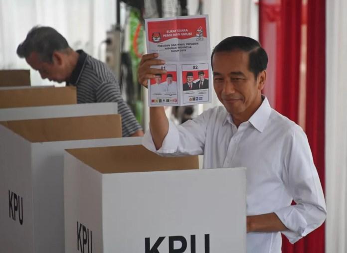 Joko Widodo cultivou uma imagem de homem do povo e deve vencer as eleições — Foto: Bay Ismoyo / AFP