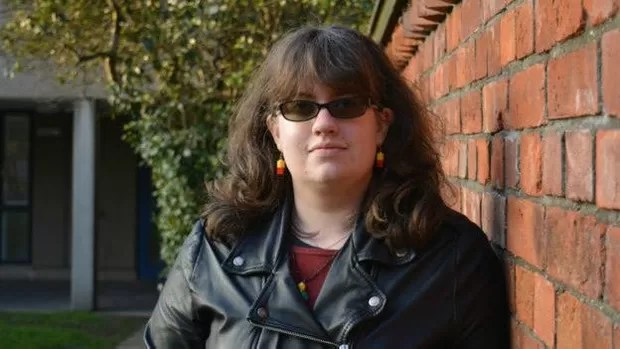 Liz é assexual, mas namora Nick, que não é; 'qualquer relacionamento envolve compromisso', diz ela (Foto: BBC)