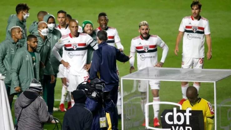 Jogadores do São Paulo observam o árbitro analisar lance de gol no VAR