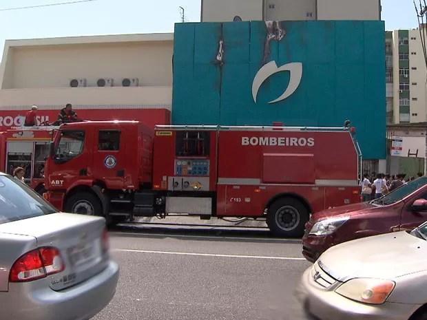 Farmácia pega fogo na Avenida Manuel Dias, em Salvador (Foto: Imagem/TV Bahia)