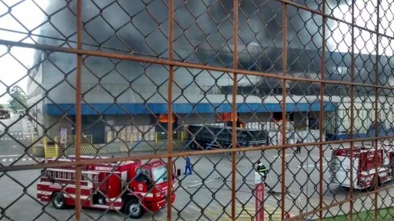 Bombeiros foram acionados para controlar incêndio em Itu  (Foto: Jomar Bellini/TV TEM )