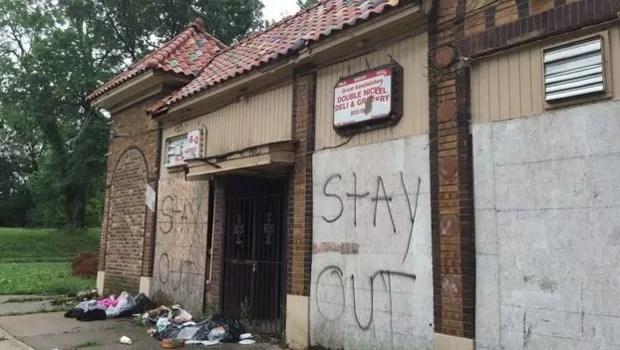 Prédios abandonados e cercados de lixo no leste da avenida  (Foto: BBC)