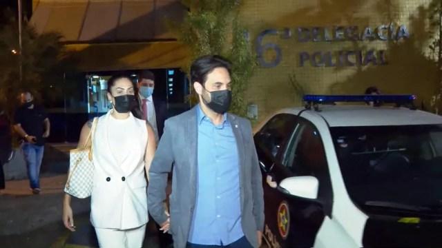 Foto de arquivo do dia 18 de março mostra Monique Medeiros e Dr. Jairinho deixando a delegacia após 12 horas de depoimento — Foto: Reprodução/TV Globo