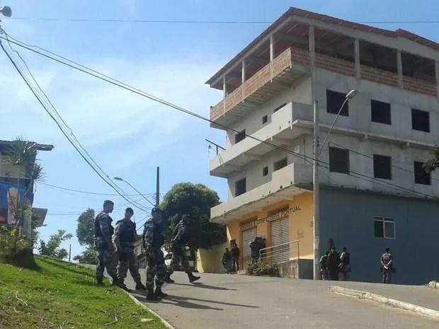 Polícia mobilizada em frente a padaria com reféns (Foto: Roger Santana/ TV Gazeta)