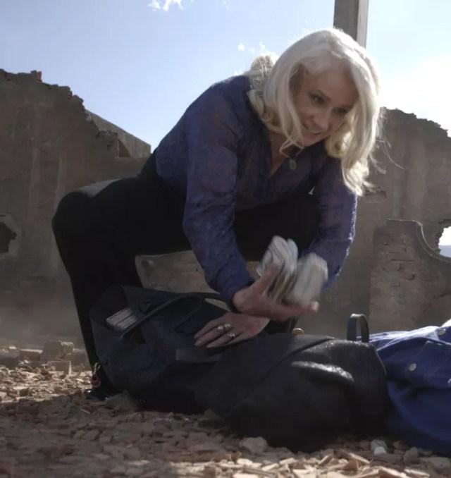 Mág não aceita as promessas Beth e atira nela (Foto: TV Globo)