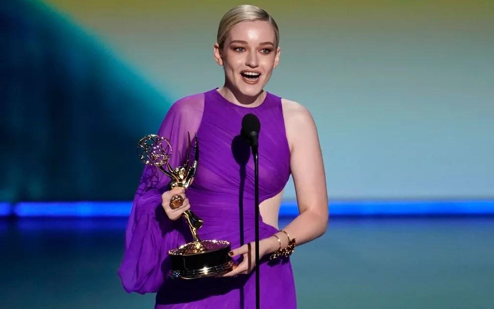 Julia Garner, de 'Ozark', agradece o prêmio de melhor atriz coadjuvante por uma série de drama, no 71º Emmy no Microsoft Theatre, em Los Angeles, no domingo (22) — Foto: Reuters/Mike Blake
