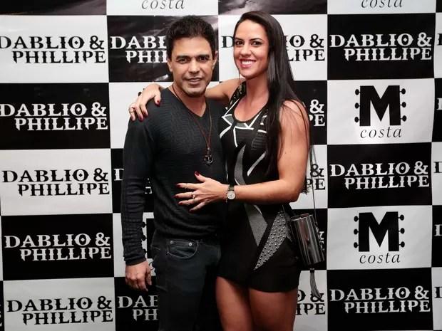 Zezé Di Camargo e Graciele Lacerda trocam beijos em bastidores de show
