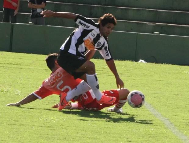 Guilherme, do Atlético-MG, sofre pênalti (Foto: Enerson Cleiton)
