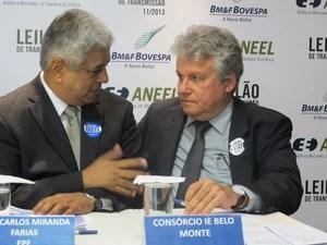 O presidente da Eletrobras, José da Costa Carvalho Neto (à direita), e José Carlos Miranda Farias, da EPE, falam à imprensa após o leilão (Foto: Darlan Alvarenga/G1)
