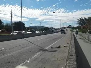 Praticamente todo o trecho da ponte ficou engarrafado, já que cada acidente ocorreu em um lado da pista (Foto: Ariane Marques/G1)