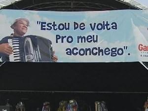 Homenagem está sendo realizada em frente ao cemitério São Miguel (Foto: Reprodução/ TV Asa Branca)