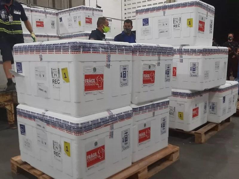 Primeiro lote de vacinas contra Covid-19 chegou ao Recife nesta segunda (18) — Foto: Pedro Alves/G1