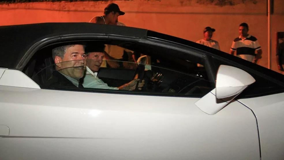 Logo após a posse, Leto Viana saiu no carro do empresário Roberto Santiago, que também é investigado na 'Xeque-Mate' (Foto: Kleide Teixeira/Jornal da Paraíba/Arquivo)