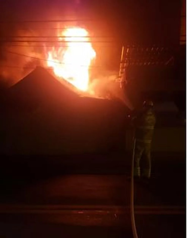 Três comércios foram atingidos pelo fogo, de acordo com o Corpo de Bombeiros — Foto: Divulgação/Corpo de Bobeiros do AC