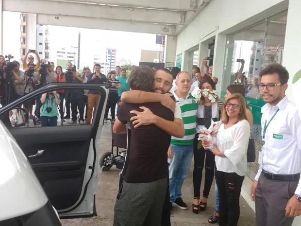 Alan abraça o jogador Hyoran na saída do hospital de Chapecó (Foto: Marcelo Siqueira/RBS TV)