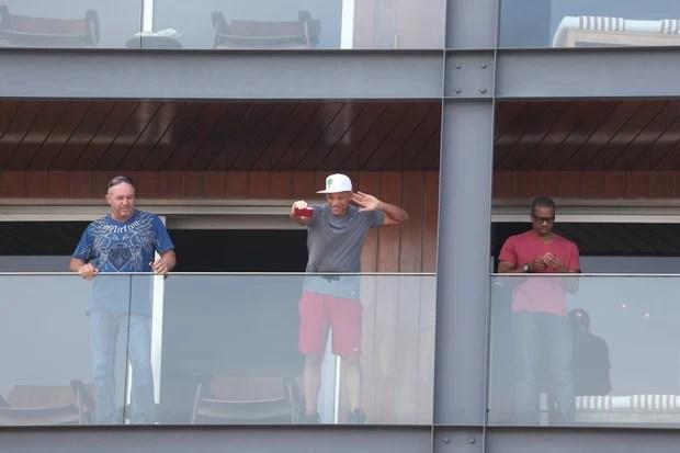 Will Smith na sacada do hotel (Foto: André Freitas / AgNews)