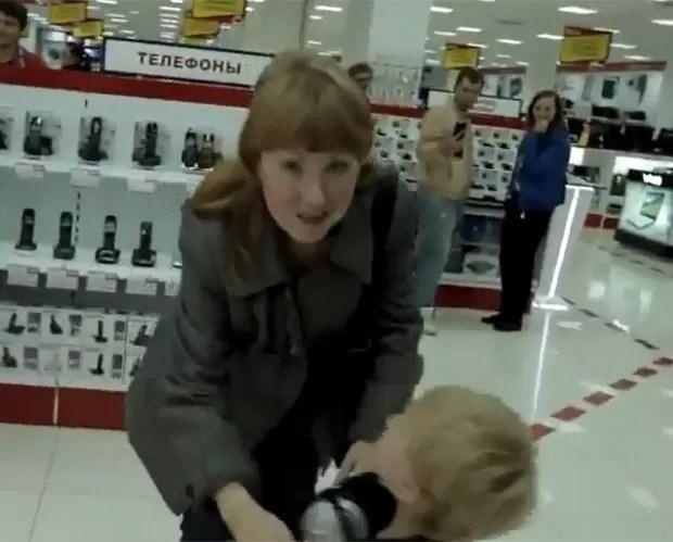 Mãe tenta acabar com o 'show' do filho. (Foto: Reprodução)