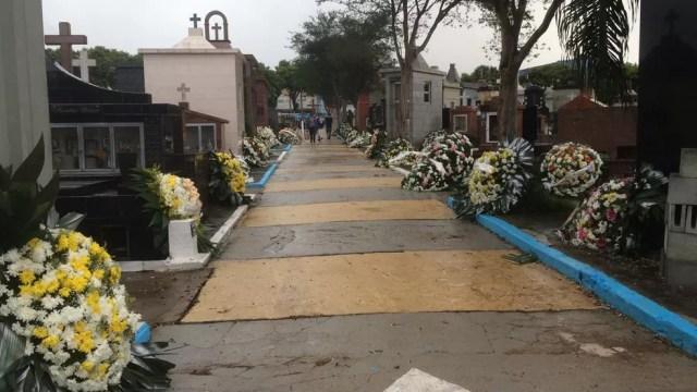 Cerca de 150 coroas de flores foram espalhadas pelo Cemitério São Sebastião, em Suzano, onde cinco vítimas do massacre foram enterradas nesta quinta (14). — Foto: Glauco Araújo/G1 SP