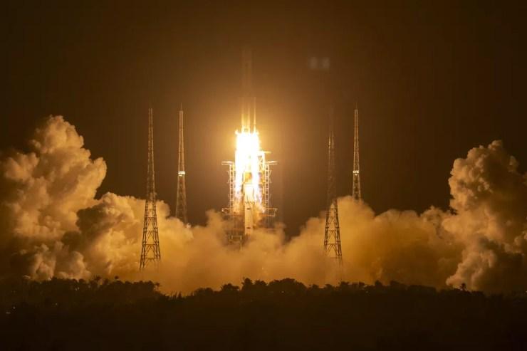 Foto mostra foguete Longa Marcha-5 levandoa sonda Chang'e 5 em imagem de novembro de 2020 — Foto: Mark Schiefelbein/AP