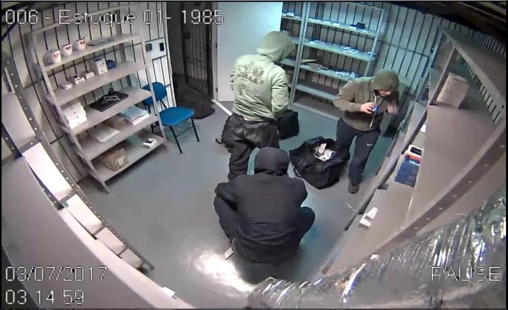 Imagens dos ladrões roubando carga de celulares no depósito da companhia aérea Latam (Foto: reprodução/RBS TV)