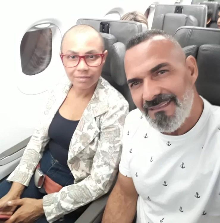 Lucilene precisou viajar para o interior de São Paulo durante o tratamento. Ela foi presenteada pela companhia aérea e ganhou a passagem para ela e o namorado que a acompanhou  — Foto: Arquivo pessoal