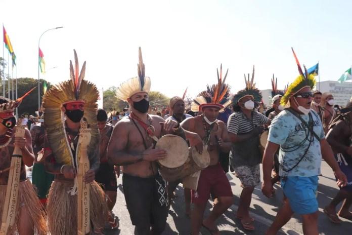 Indígenas protestam contra marco temporal para demarcação de terras, em Brasília — Foto: Carolina Cruz/ G1