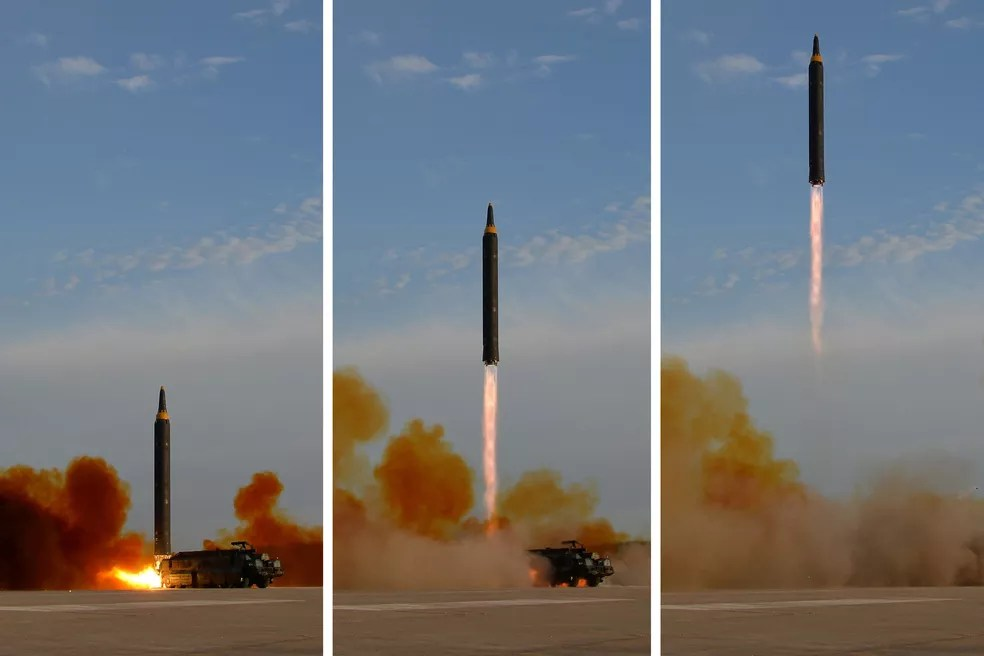 Lançamento do míssil Hwasong-12 em montagem de fotos distribuídas pela North Korea's Korean Central News Agency (KCNA), neste sábado (16) (Foto: KCNA via Reuters)