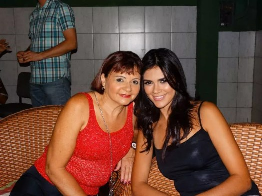 A aposentada Maria Costa junto com a filha, Rayneia Lima, que foi assassinada na Nicarágua (Foto: Acervo pessoal)
