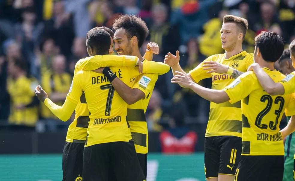 Jogadores do Borussia Dortmund comemoram gol de Aubameyang (Foto: Getty Images)
