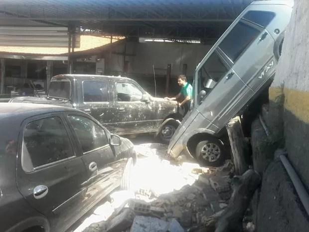 Dois carros que estavam no local para reparos foram atingidos. (Foto: Alex Araújo/G1)