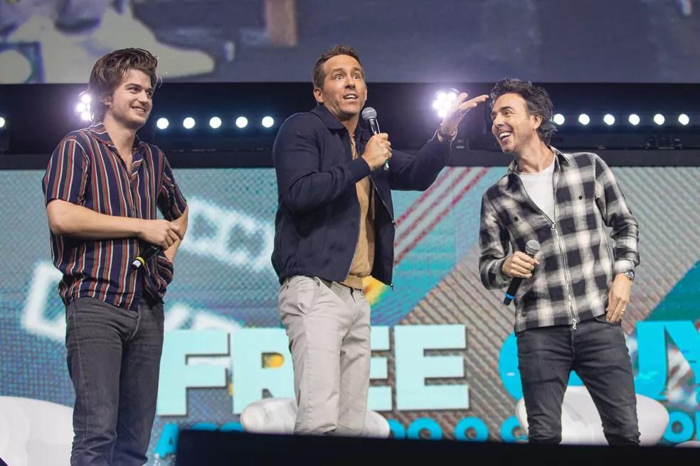 Ryan Reynolds (centro), com Joe Keery (esq.) e Shawn Levy em painel de 'Free guy' na CCXP 2019, em São Paulo — Foto: Divulgação