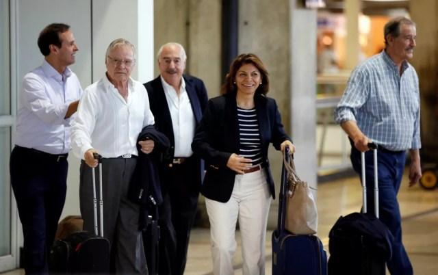 Chinchilla, Rodriguez, Pastrana, Quiroga e Fox chegando no aeroporto de Caracas (Foto: Reuters)