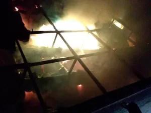 Prédio da Prefeitura de Santa Luzia continuava em chamas no domingo (Foto: Divulgação/Corpo de Bombeiros)