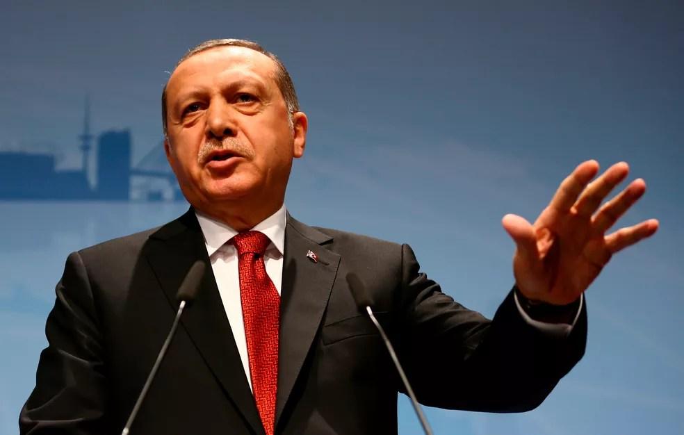 O presidente da Turquia Recep Tayyip Erdogan fala durante entrevista coletiva neste sábado (8) em Hamburgo, após a cúpula do G20 (Foto: REUTERS/Wolfgang Rattay)