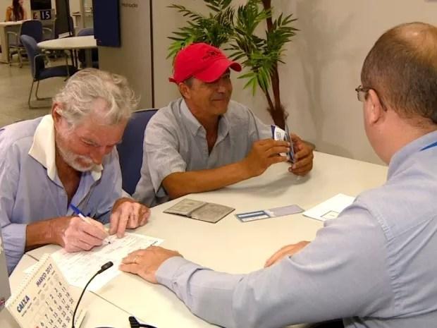 Pedreiro foi duas vezes até agência da Caixa para acertar situação (Foto: Reprodução / EPTV)