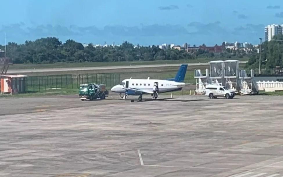 Os corpos dos dois sergipanos chegaram no início da tarde, no Aeroporto Santa Maria, em Aracaju — Foto: Kedma Ferr/TV Sergipe