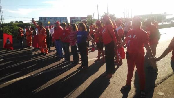 Em Mossoró, na região Oeste potiguar, petroleiros que aderiram à paralisação obstruíram a passagem de veículos nas duas faixas da BR-304 (Foto: Deivson Mendes)