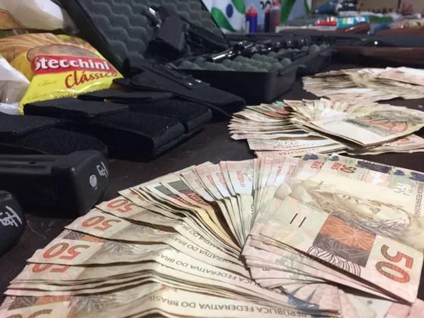 Foram apreendidos R$ 8 mil em espécie (Foto: Divulgação / Polícia Civil)