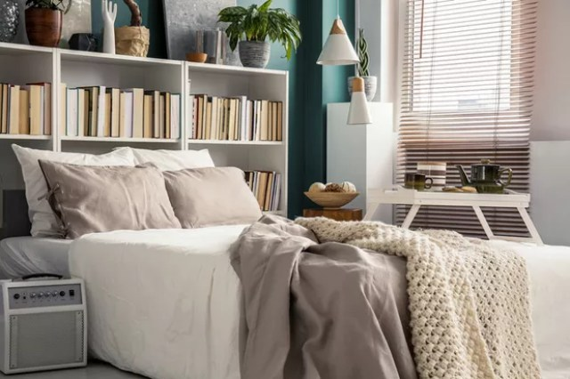 Creative use of small space in a stylish bedroom interior with designer decor and cozy white and beige bedding (Foto: Getty Images/iStockphoto)