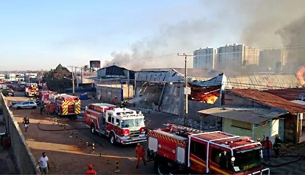 Carros do Corpo de Bombeiros na área onde um incêndio atingiu um depósito de colchões (Foto: Ricardo Moreira/G1)