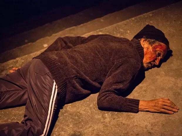 O senhor é assassinado por Beatriz e se torna mais uma de suas vítimas (Foto: Fabiano Battaglin / Gshow)