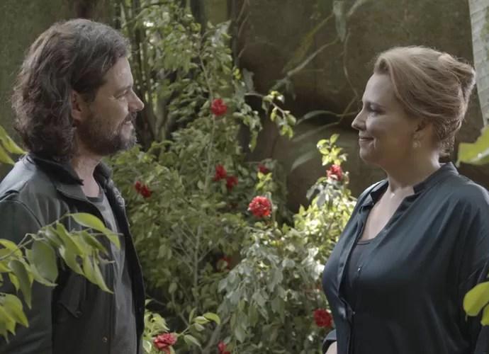 Encontro casual aproxima os dois (Foto: TV Globo)