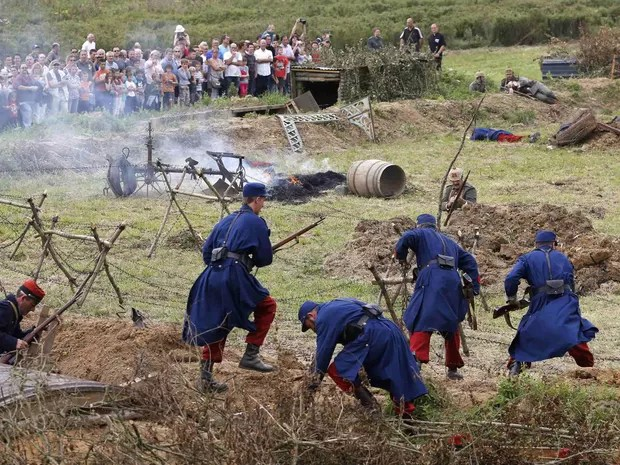 Campo de batalha com trincheiras foi recriado com base em documentos da época (Foto: Charles Platiau/Reuters)