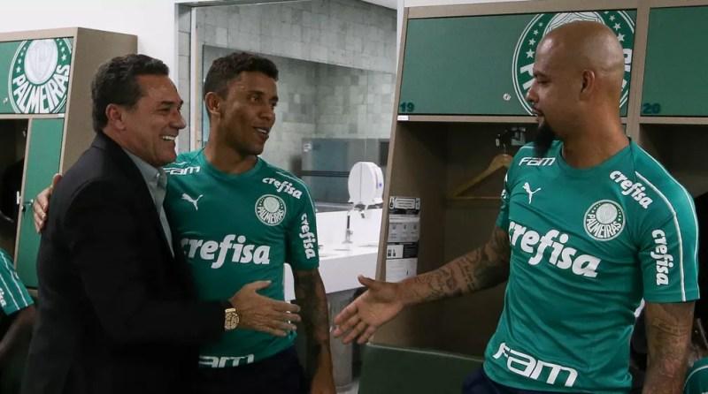 Vanderlei Luxemburgo cumprimenta Felipe Melo no retorno ao Palmeiras — Foto: Cesar Greco/Palmeiras