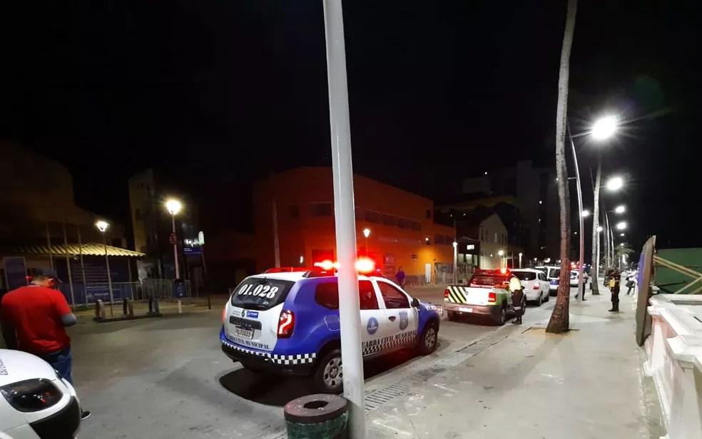 Equipes de segurança e trânsito em Salvador para fiscalização durante toque de recolher nesta primeira noite da medida na Bahia — Foto: Dalton Soares/TV Bahia