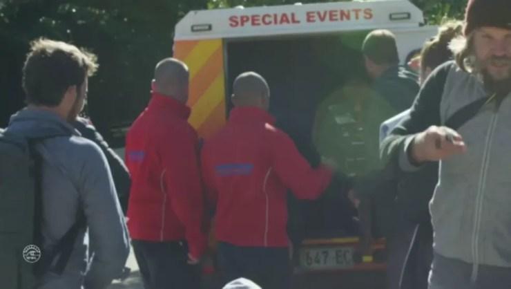 Kelly Slater foi de ambulância até o hospital realizar exames de imagem (Foto: Reprodução)