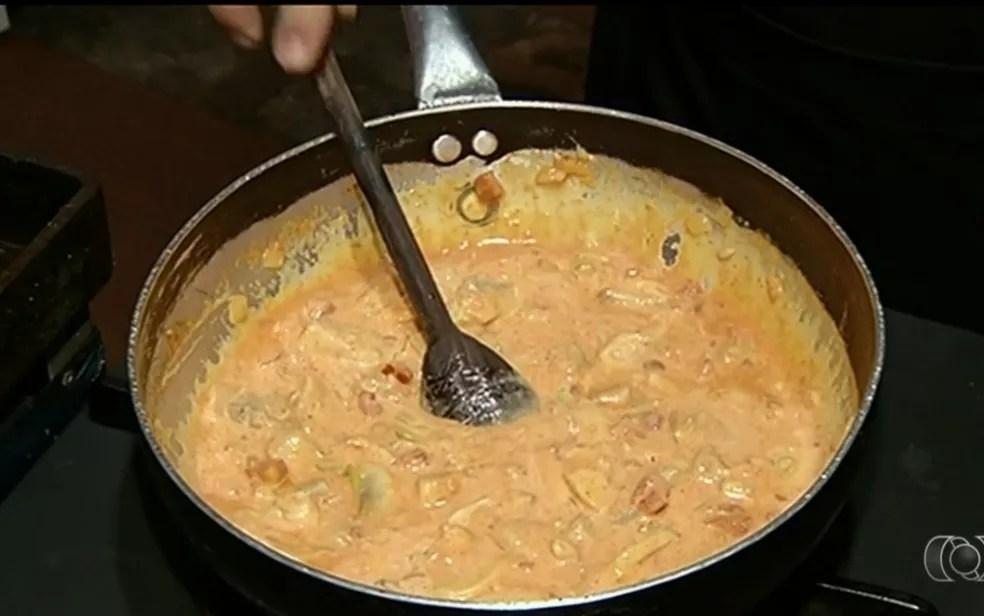 Chef ensina preparo de estrogonofe de tilápia (Foto: Reprodução/Tv Anhanguera)